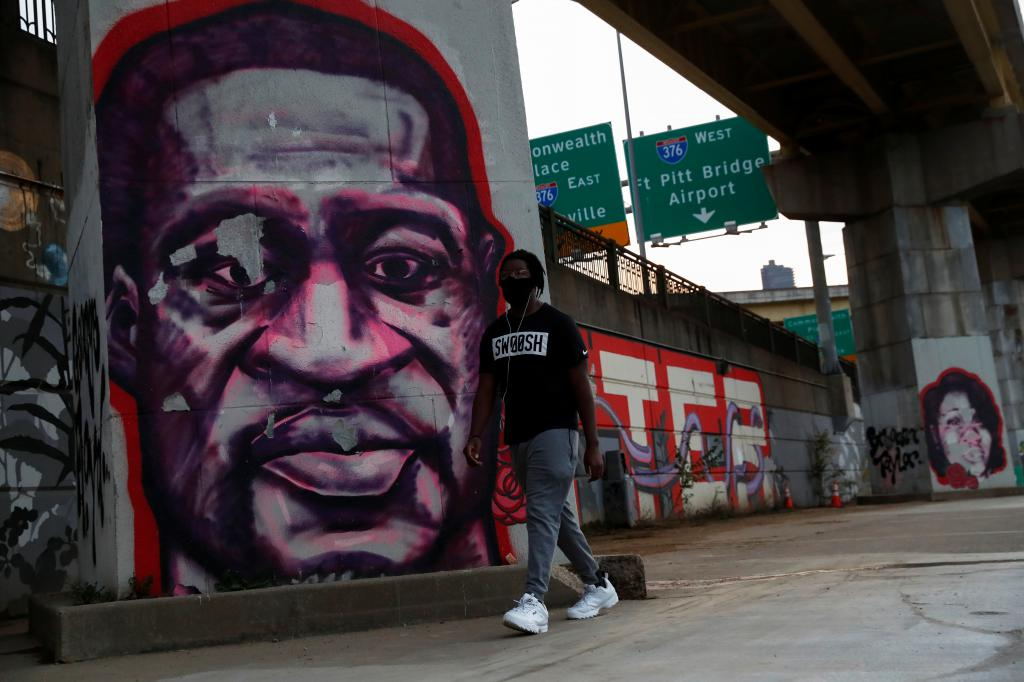 非裔男子佛洛伊德被警察跪頸死亡案件,法院撤銷涉案主犯一項三級謀殺罪,但同時維持另一項情節較重的謀殺罪。路透社