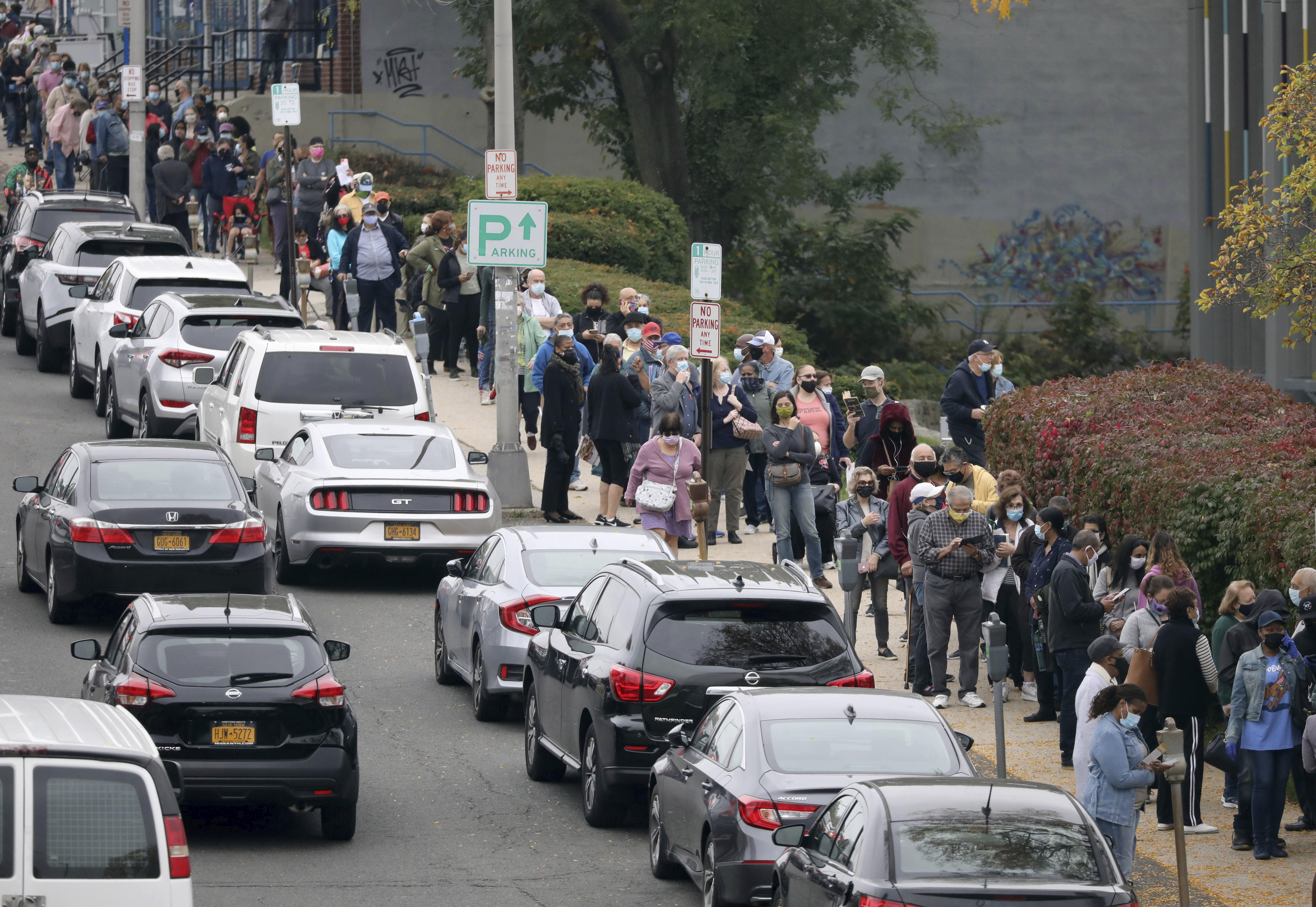 美國超過5870萬選民提早完成投票,已超越上屆大選提前投票的人數,新澤西州、德拉瓦州和維珍尼亞州的投票人數增幅最多。圖為紐約州的選民在揚克斯公共圖書館票站前排隊投票。    美聯社