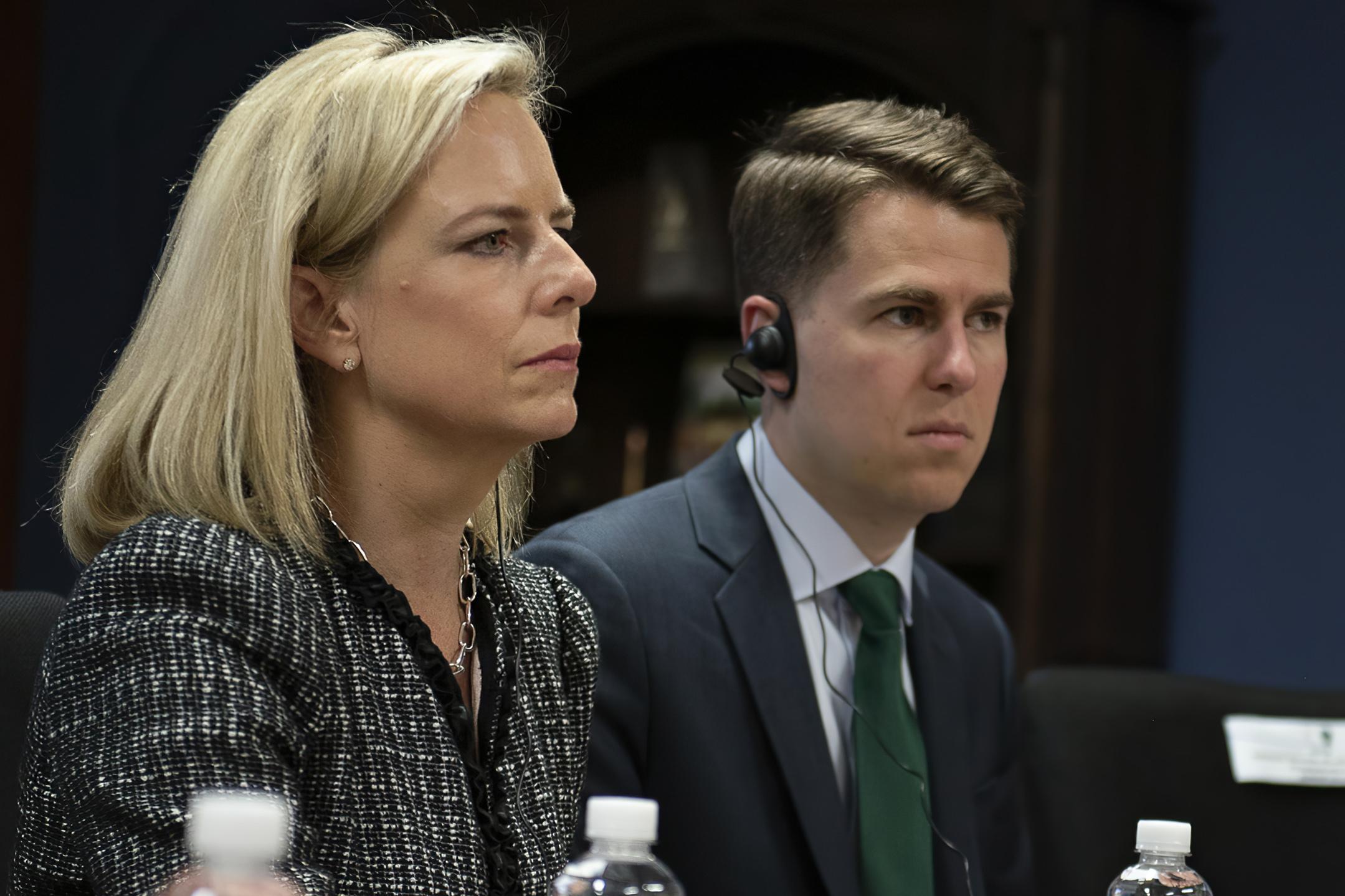 國土安全部前幕僚長泰勒(右)突然承認,他就是當年匿名在《紐約時報》發表文章,狠批總統特朗普的官員。左為當時的國安部長尼爾森。    美聯社