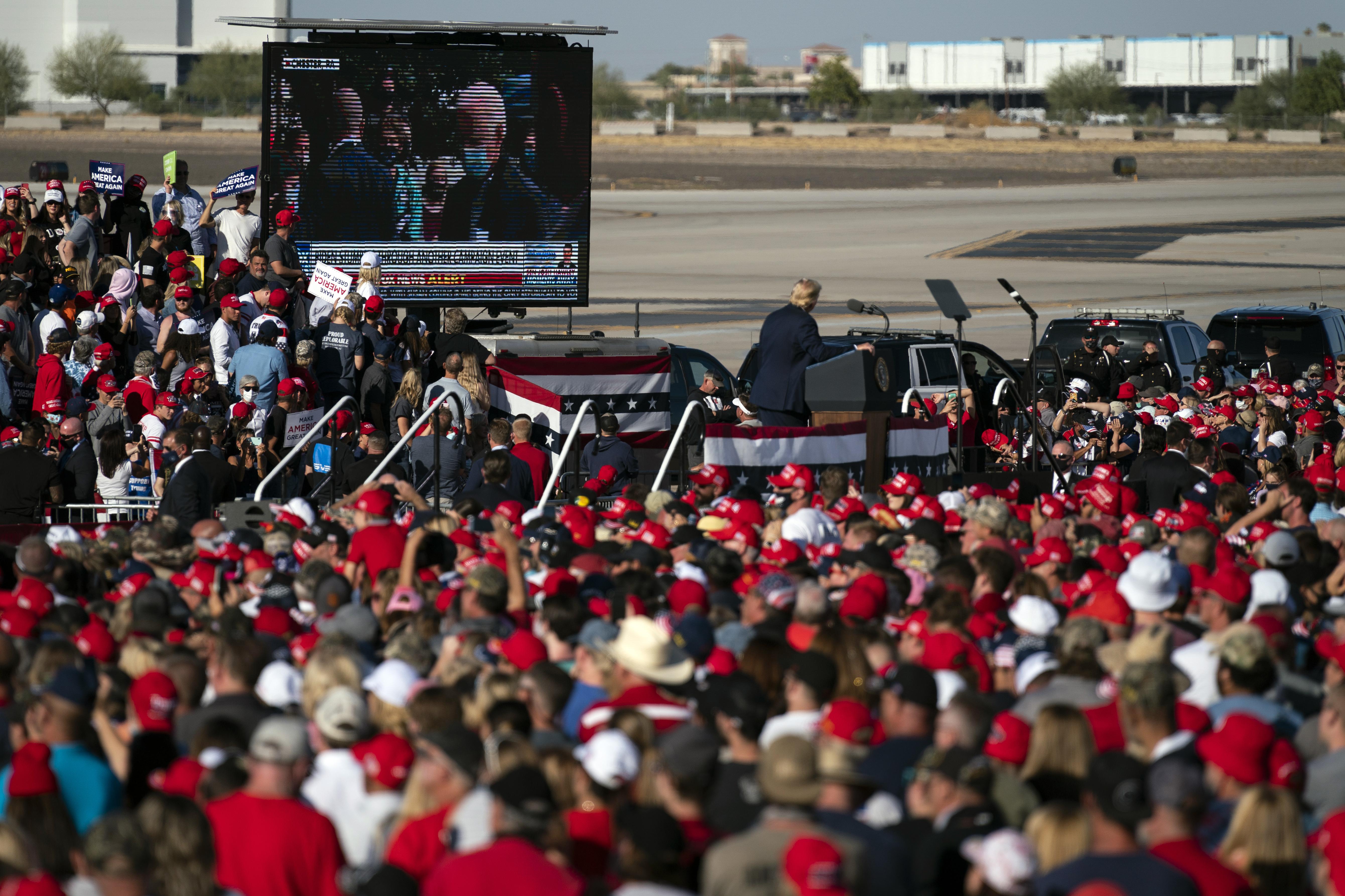 總統特朗普在亞利桑那州的鳳凰城固特異機場舉行競選集會,集會並播放抨擊民主黨總統候選人拜登的視頻。    美聯社