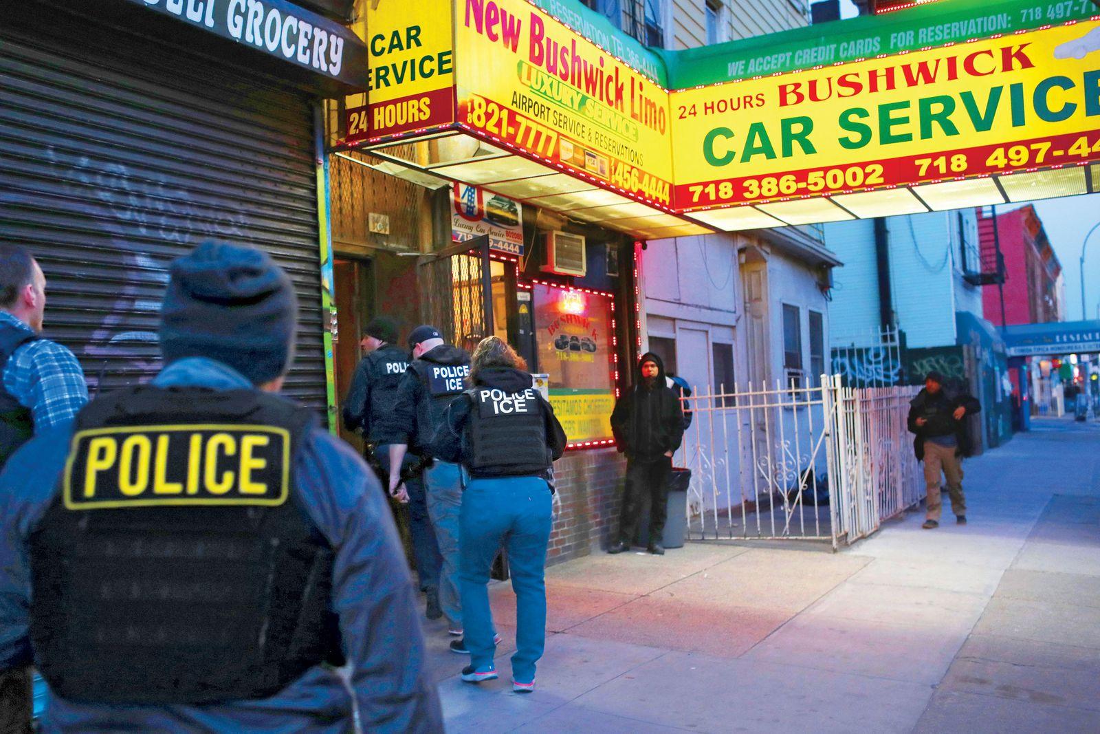 據報,移民局將對庇護城市中未有自動離境的非法移民,進行新一輪的大抓捕。紐約也被認為是無證民的庇護城市。    nymag圖片