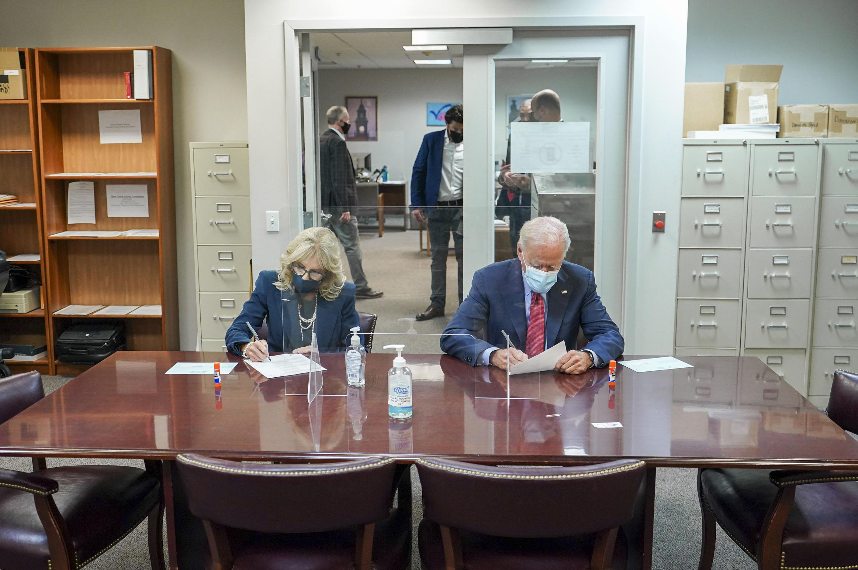民主黨總統候選人拜登和妻子在家鄉德拉瓦州提前投票,表示希望勝選,改善美國老百姓的處境。    推特圖片