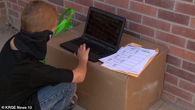 喬納森將手提電腦放在紙箱上,借用學校的網絡上課。網上圖片