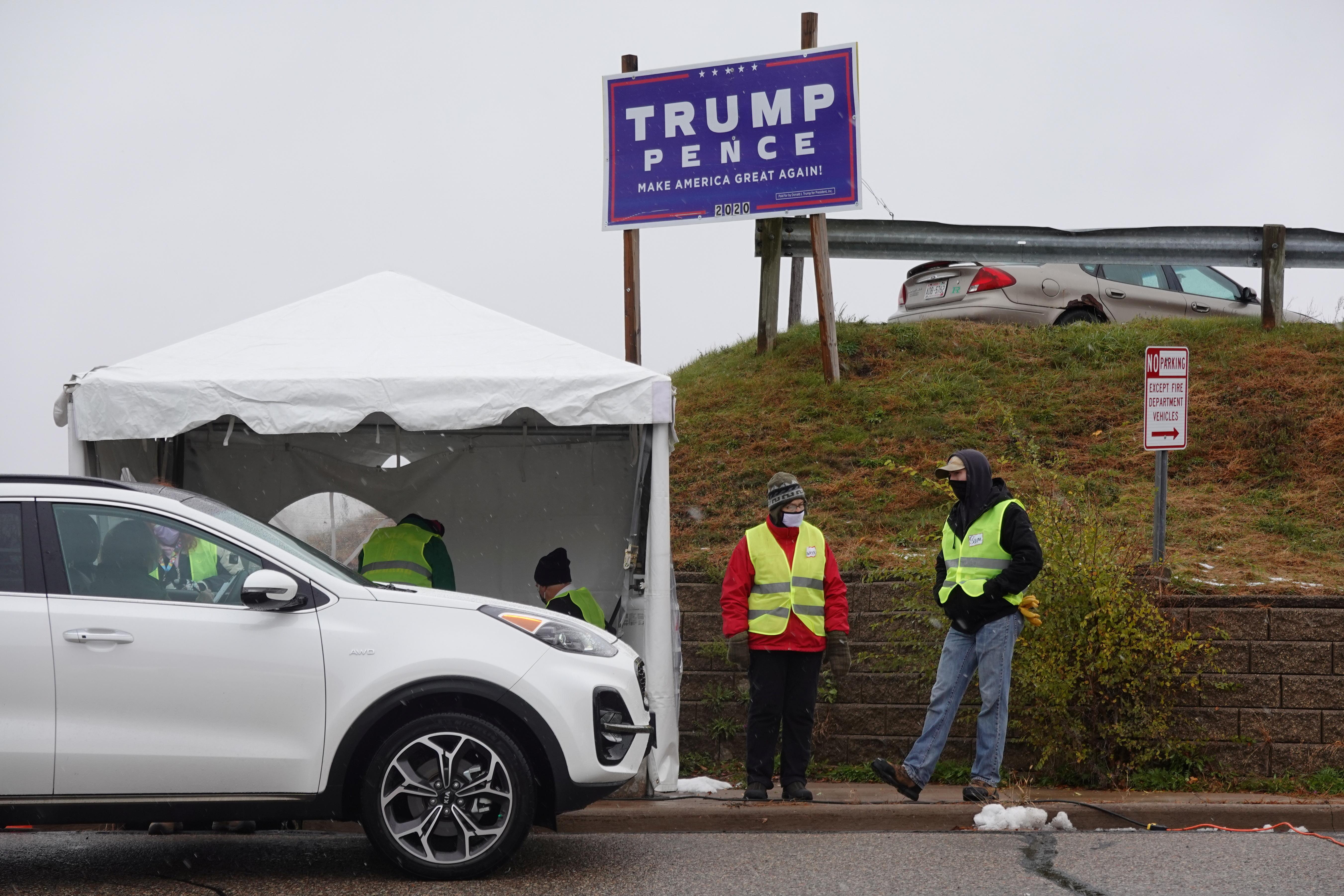 圖為威斯康辛州歐克萊爾市的一個快速駕車提前投票站。 路透社