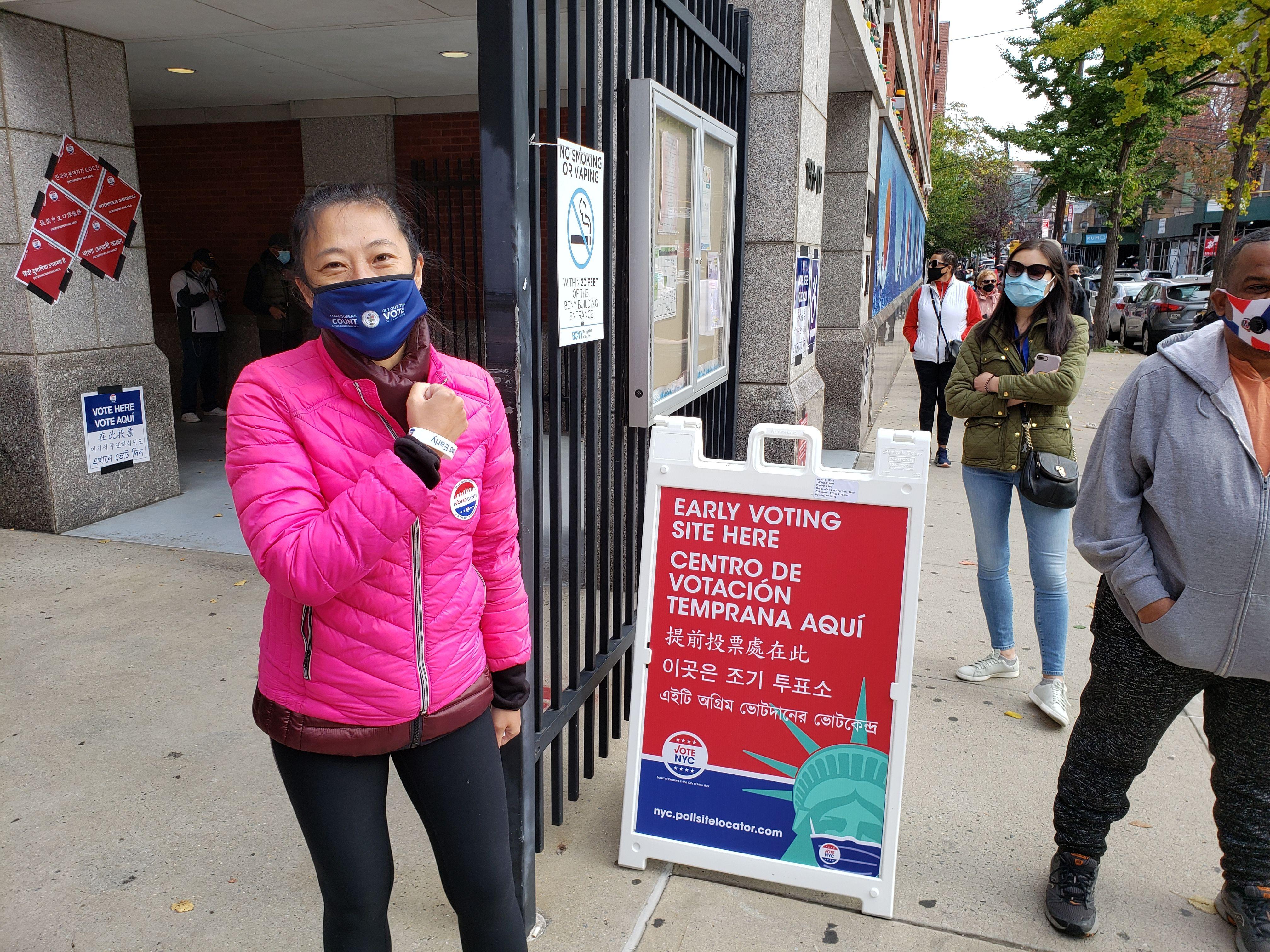 ■黃敏儀在法拉盛提前投票站投 票。 黃敏儀提供