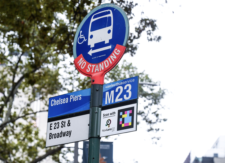 ■在試點公交車站牌上安裝的二維碼標誌。 圖片來自MTA