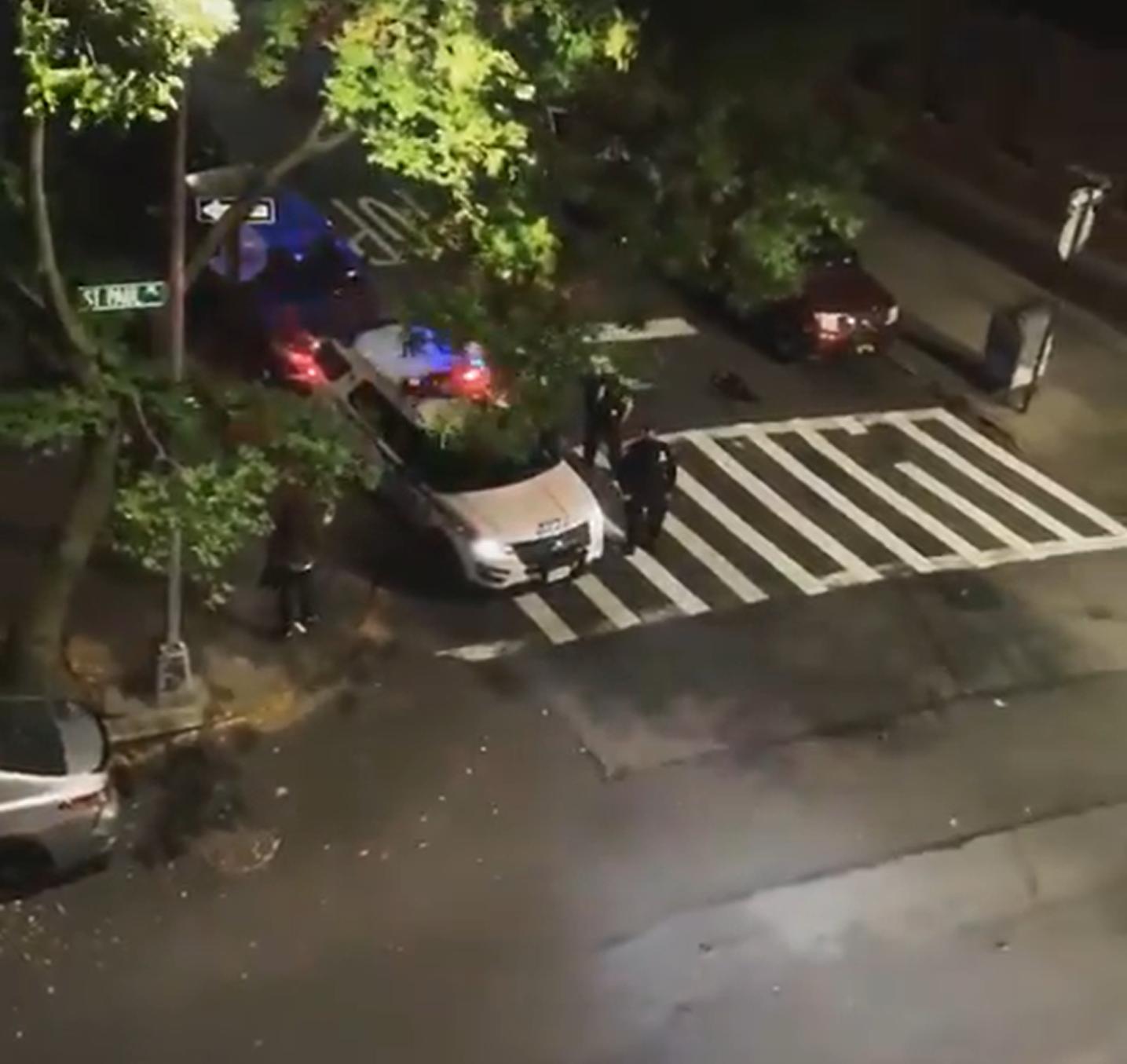 ■警員在巡邏車內透過揚聲器高叫「特朗普 2020年」。 影片截圖