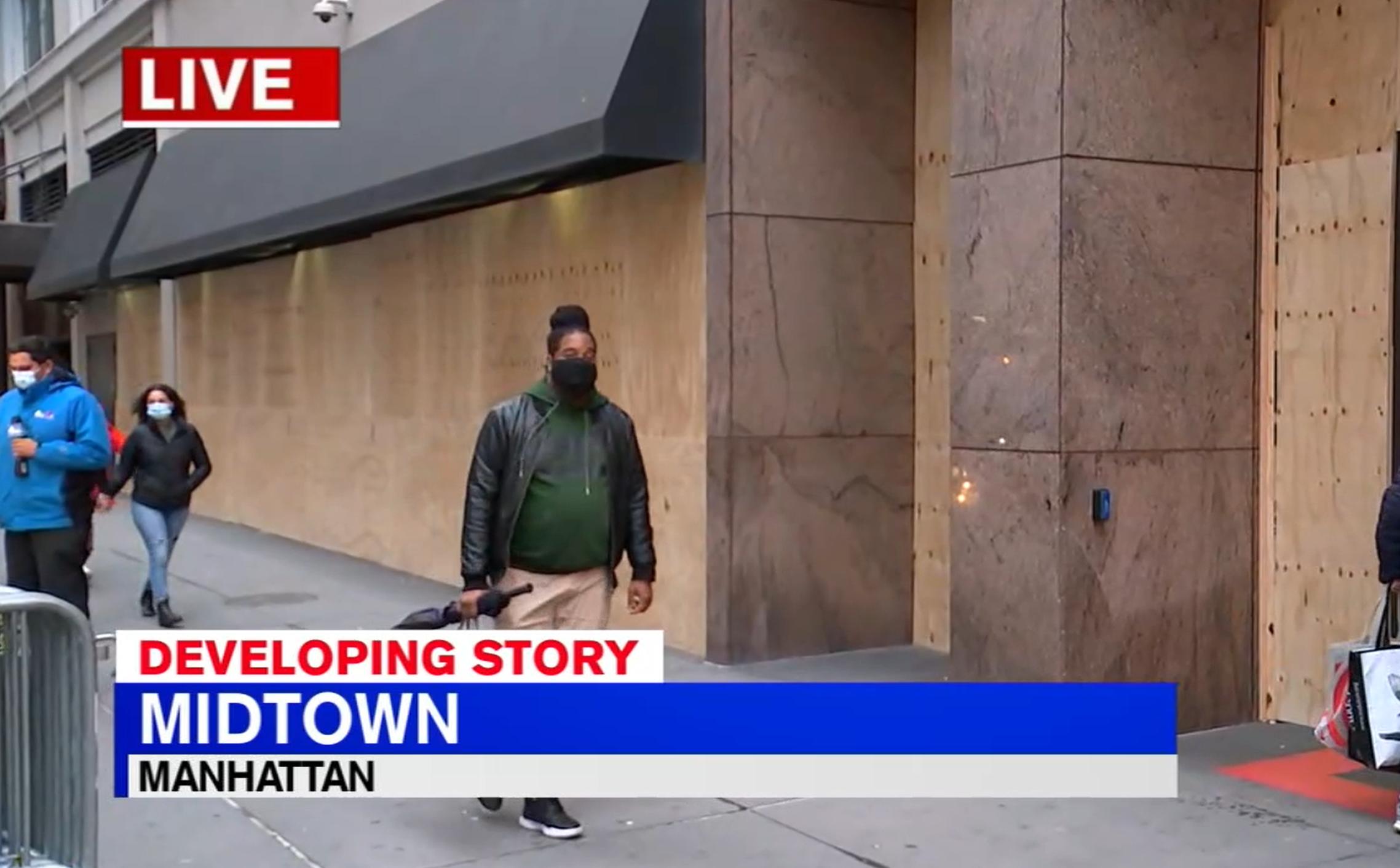 ■中城不少商店已事先封板,以防止砸搶行 為再現。 WABC新聞截圖