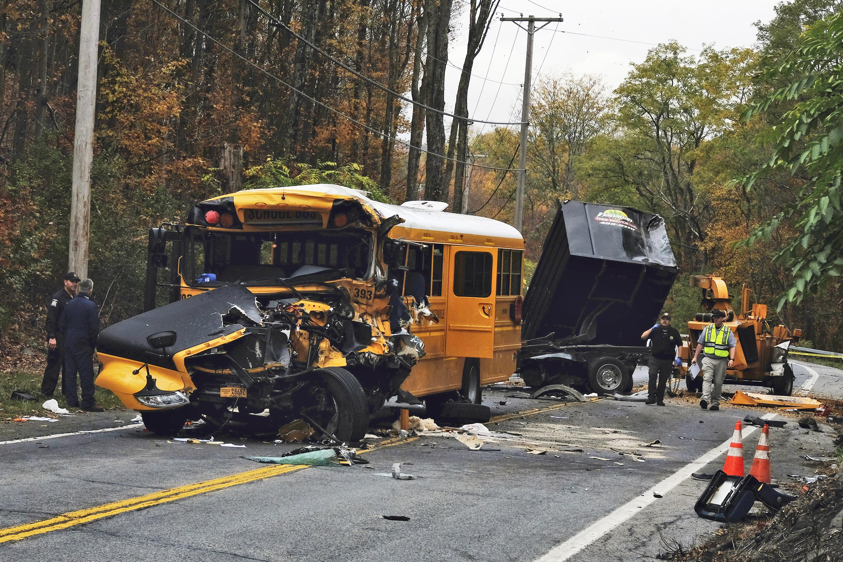 ■校巴與卡車相撞後損毀嚴重,車頭被壓扁。 美聯社