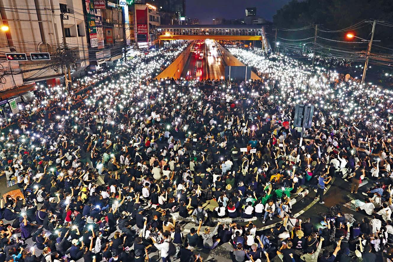 反政府示威者周一在曼谷亮起手機燈,製造燈海。