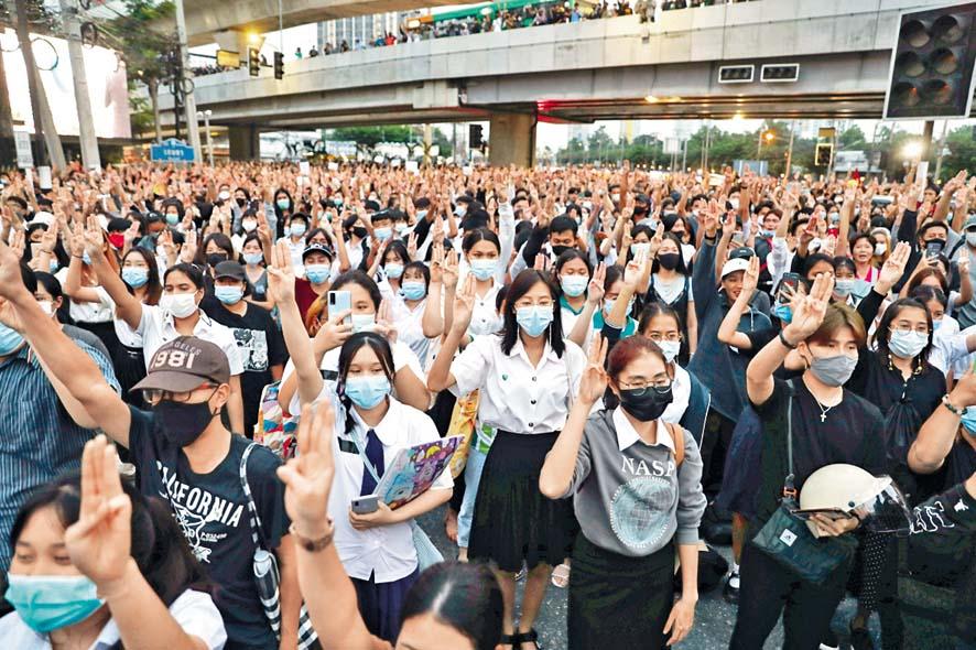 示威者昨日在曼谷展示三指手勢抗議。 路透社