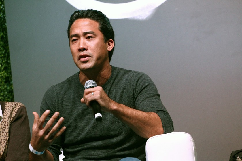 由名人支持的動物救援家程馬克(Marc Ching)被指控未經許可從事獸醫醫學工作,並在其寵物食品店內進行虛假廣告宣傳。洛杉磯時報