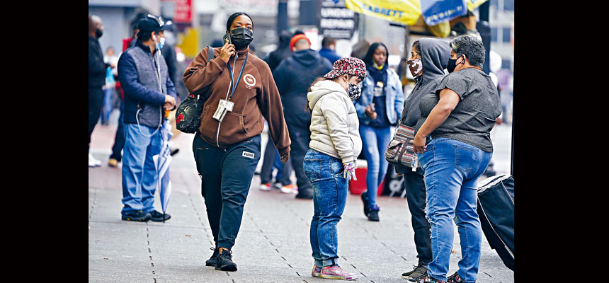 新冠病毒確診個案連續兩天突破8萬宗,過去7天日平均數字更達到疫情以來最高值。圖為新澤西州紐瓦克市的行人多數都戴口罩上街。美聯社