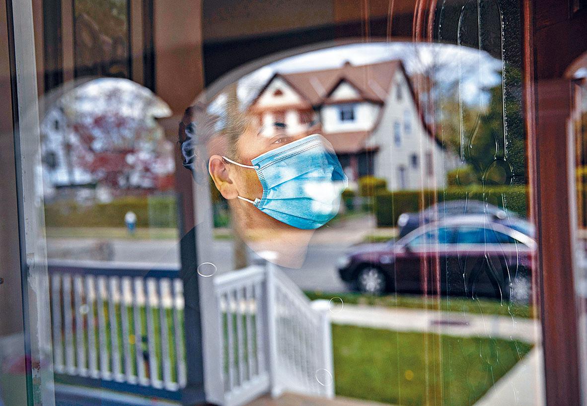 ■CDC最新研究發現,感染新冠病毒的患者能迅速傳染給家人。圖為紐約長島一名婦女,自我隔離在家。  法新社