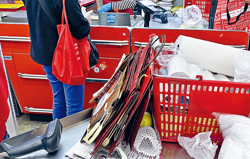 香港超市收銀台上為顧客準備的5分錢紙袋。