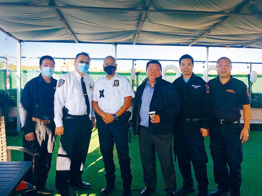 陳豐盈警監就任後和局長卡斯特羅警監(左二和左三)到民安隊拜訪。