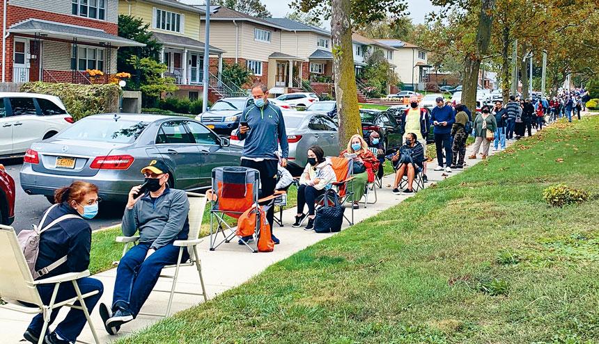 大選提前投票選民熱情,貝賽最多時有近千人,年長選民坐輪椅,帶著椅子等候進入投票站,眾多亞裔選民面孔在隊伍中。