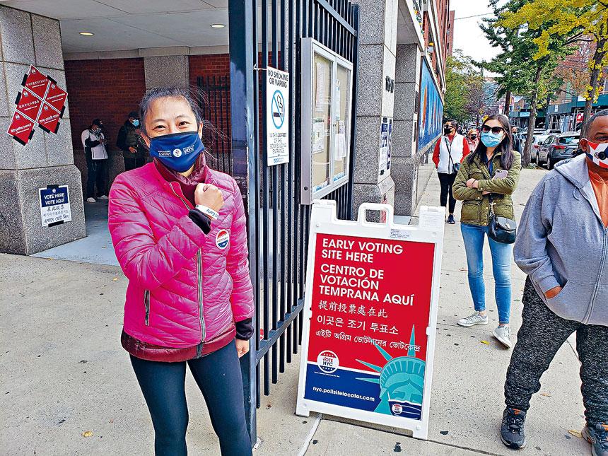 黃敏儀在法拉盛提前投票站投票。黃敏儀提供