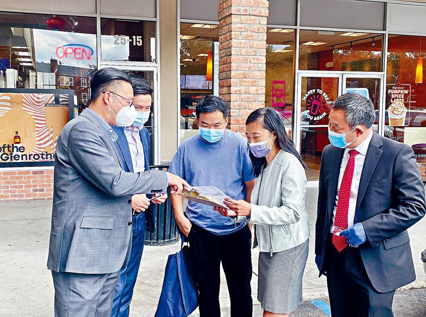 黃敏儀(右二)、李真(左一)和張富印(右一)等人在法拉盛幫助選民進行登記。