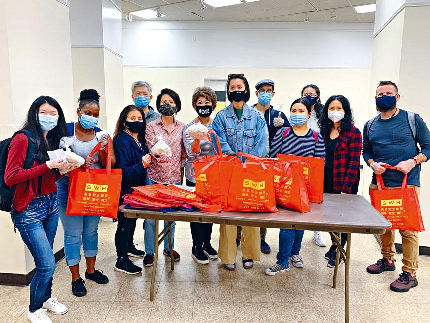 參與送水餃活動的志願者合影。