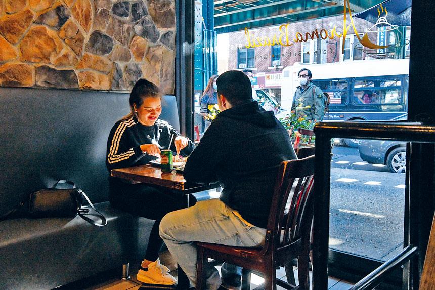 新法規允許小餐館向食客加徵10%附加費。Desiree Rios/紐約時報