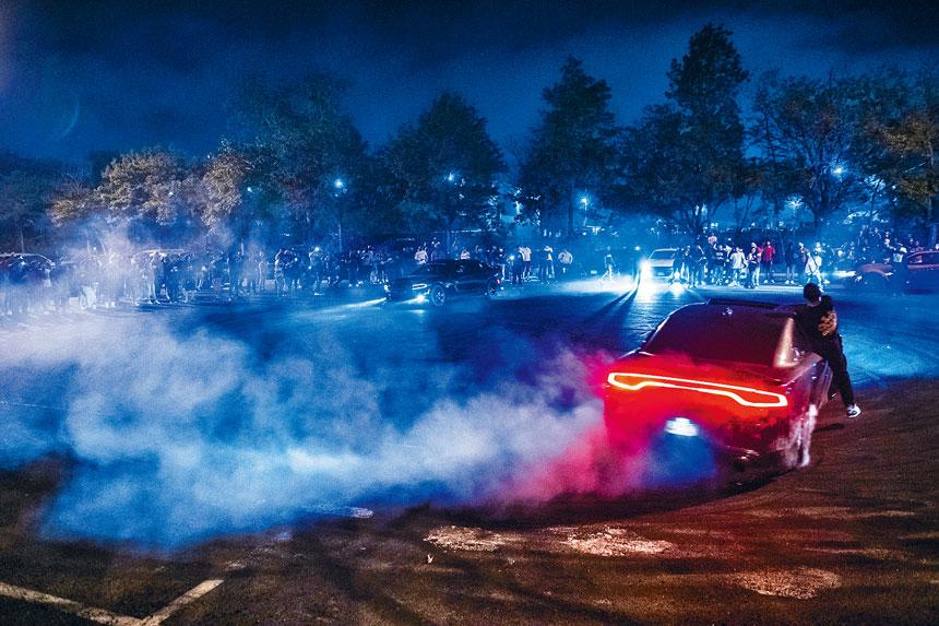 車友聚會造成極大噪音,對居民造成騷擾。Brittainy Newman/紐約時報