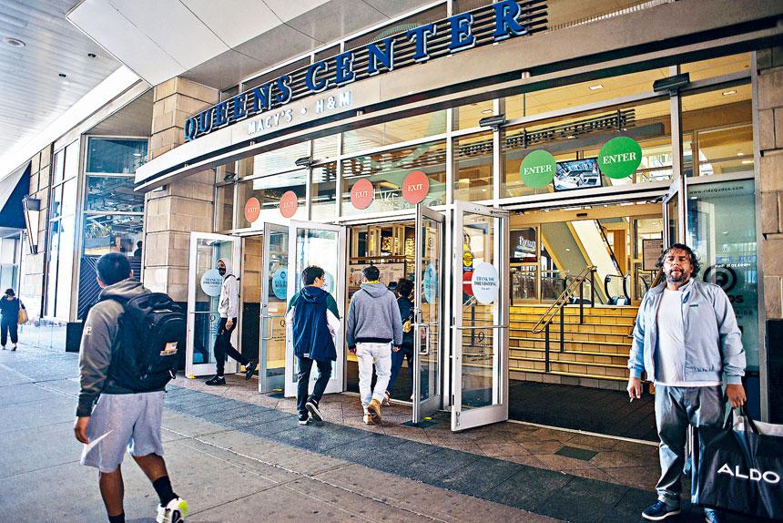 皇后中心人來人往,但旁邊的百貨公司已經關門。Andrew Seng/紐約時報