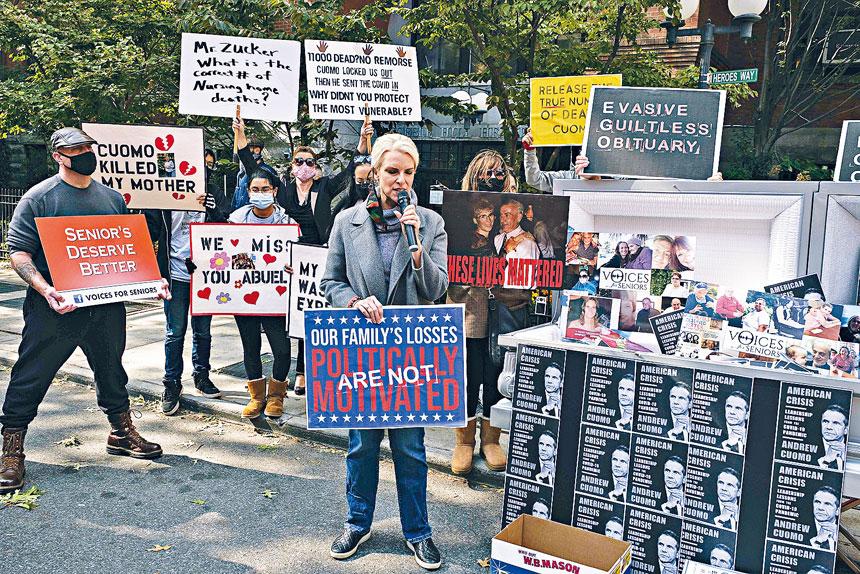 示威者在布碌崙要求柯謨道歉。美聯社