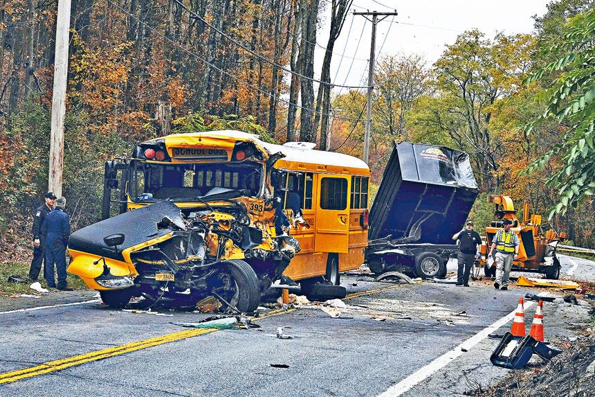 校巴與卡車相撞後損毀嚴重,車頭被壓扁。美聯社