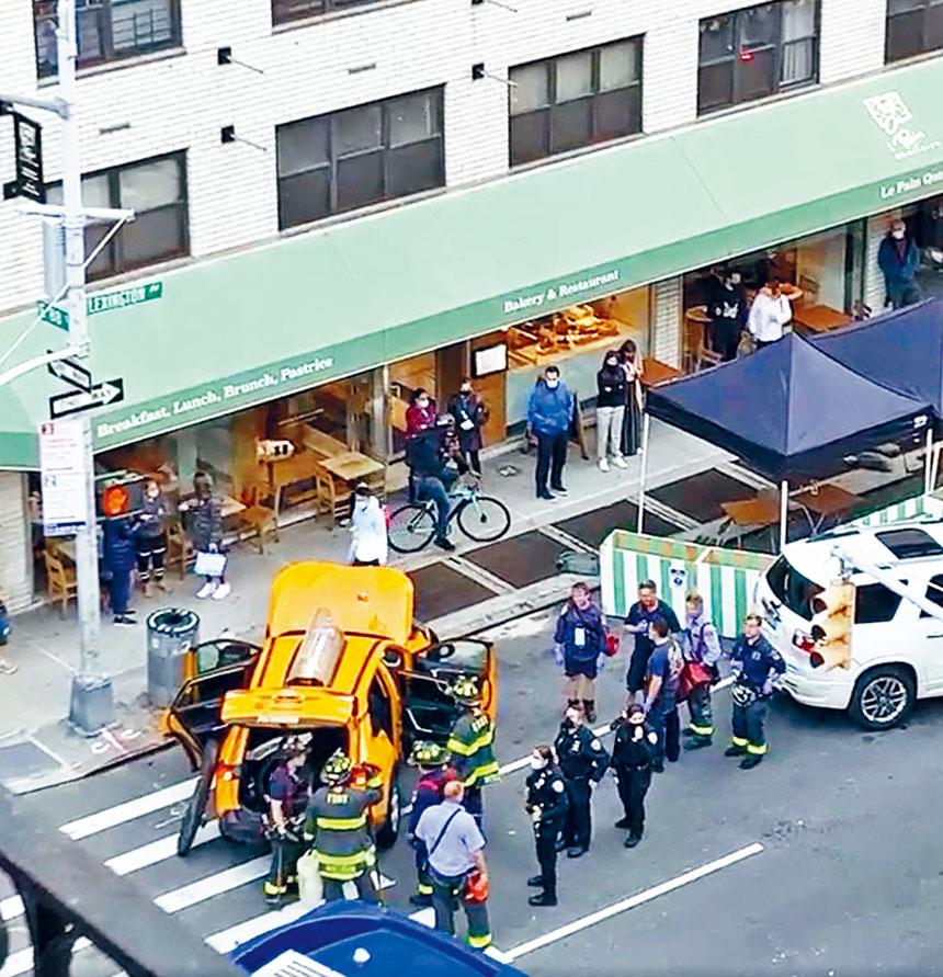 的士撞向多輛停泊汽車,前端損壞嚴重。影片截圖