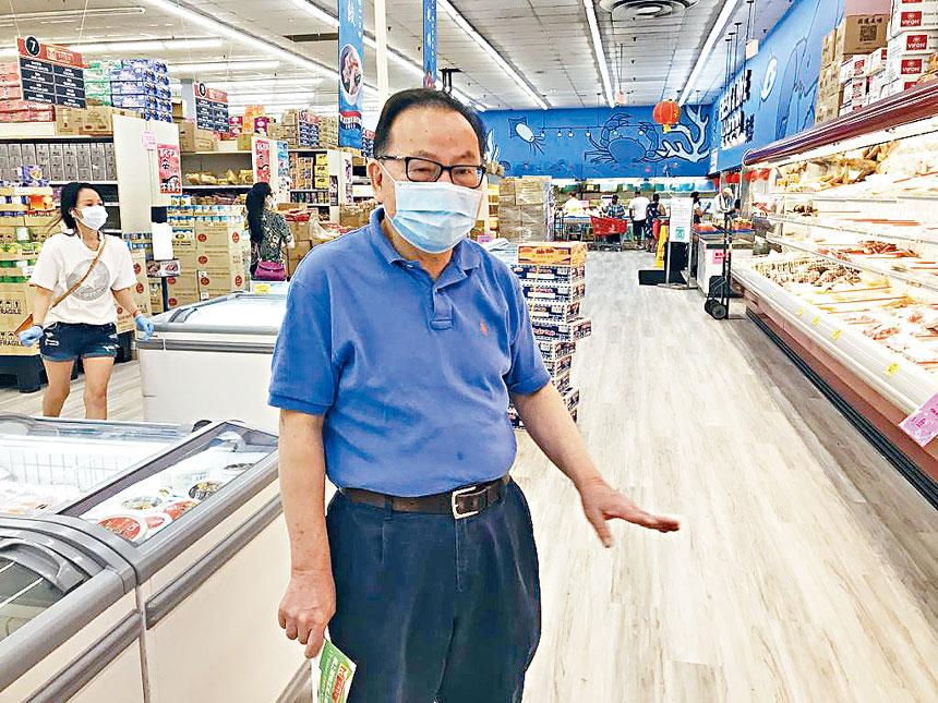 胡運炤博士現場介紹金門超市的經營環境。溫友平攝影