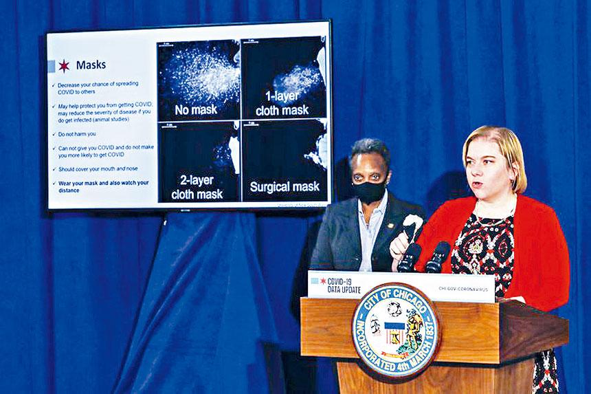 芝市公共衛生部專員雅華迪博士說明佩戴口罩抗御病毒的重要性。芝加哥市府官網