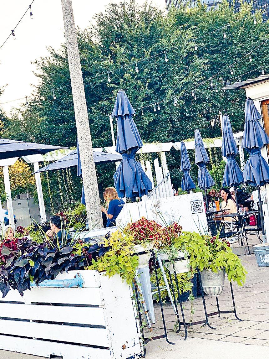 芝市中心近湖濱的小餐館,盡量利用室外空間提供服務。梁敏育攝