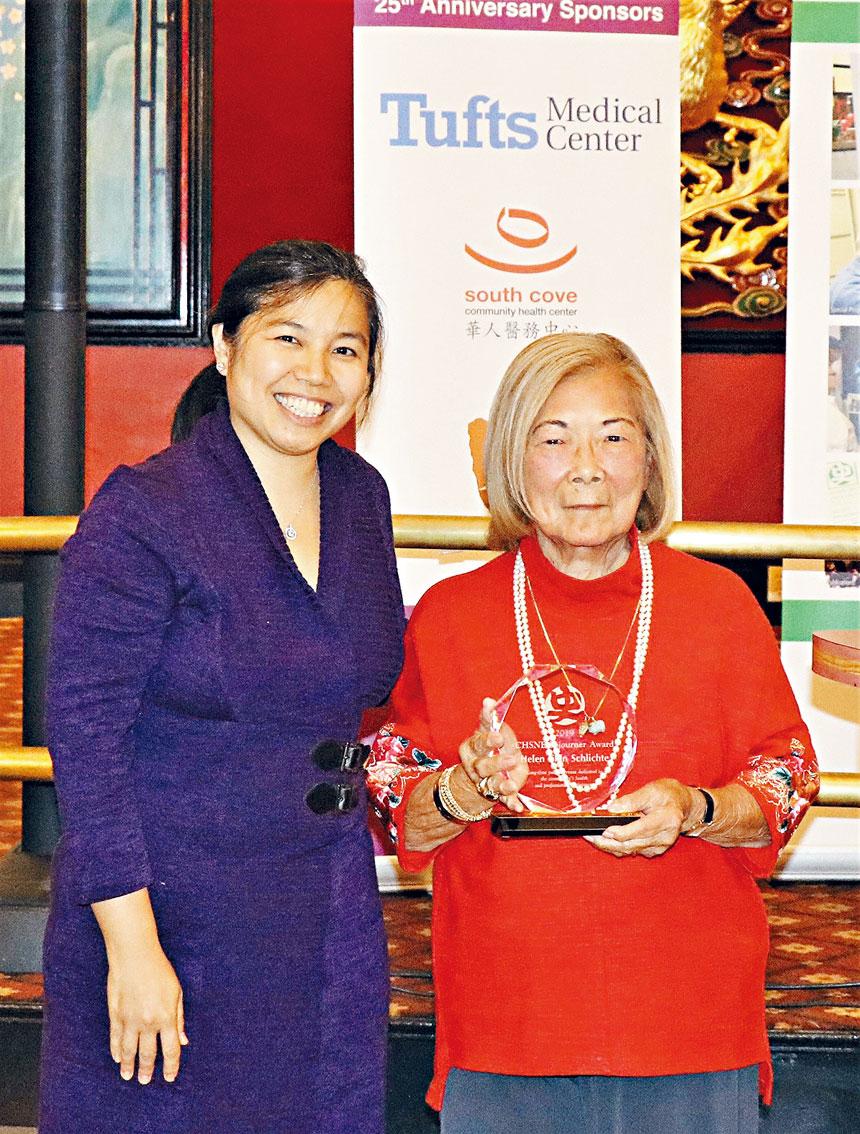 在去年的年會中,CHSNE會長曾雪清(左)給陳秀英頒發「游子獎」。 檔案圖片