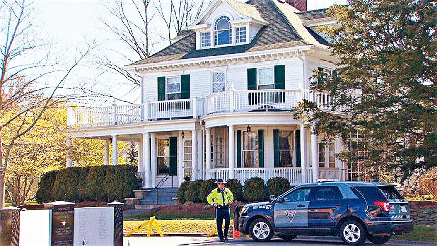 州警在查理貝克住宅外。檔案圖片