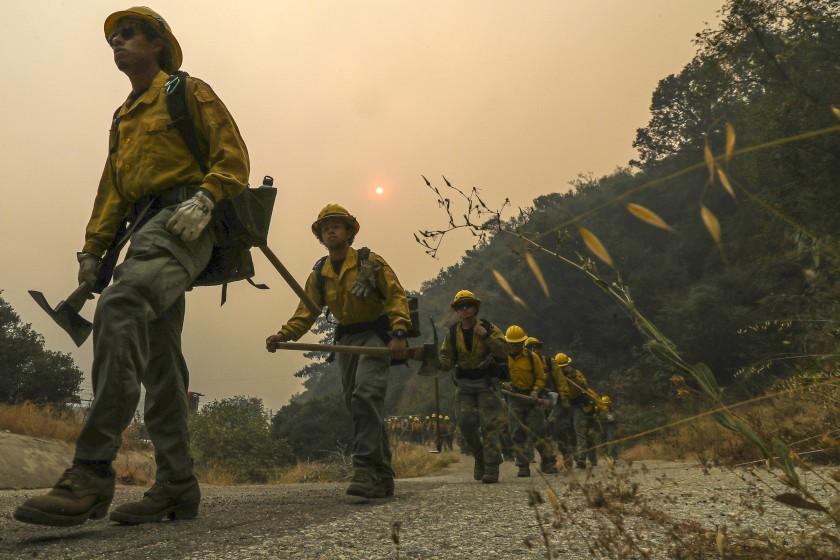 洛杉磯消防員在山貓大火現場工作。洛杉磯時報