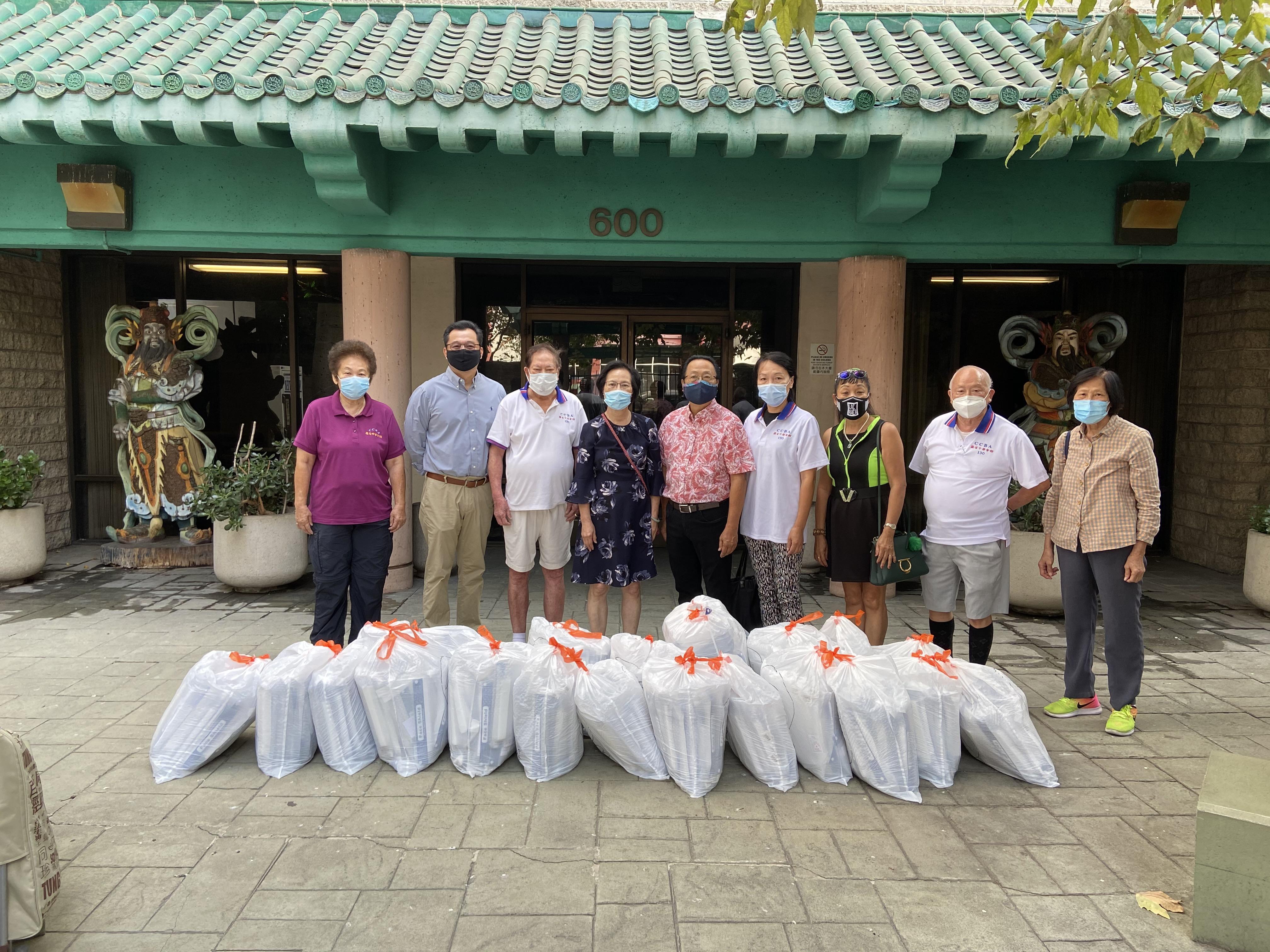 中華會館將防疫物資送交國泰老人中心。