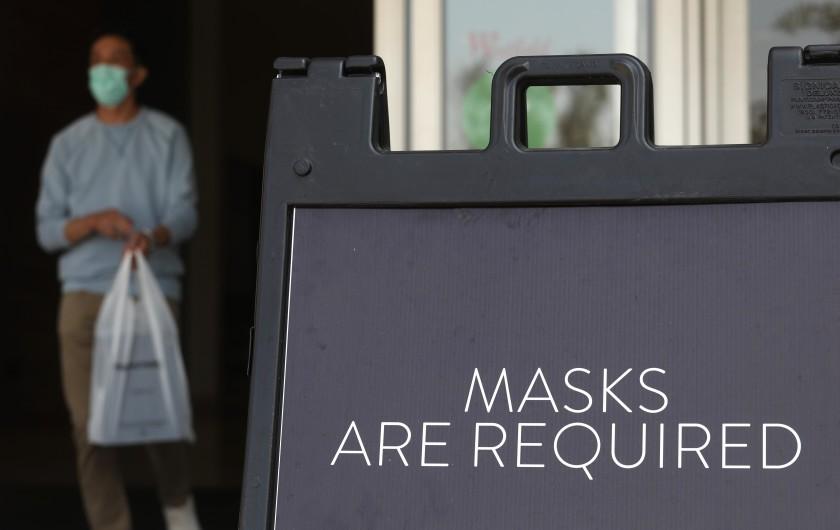 洛縣購物中心提醒消費者戴上口罩。洛杉磯時報