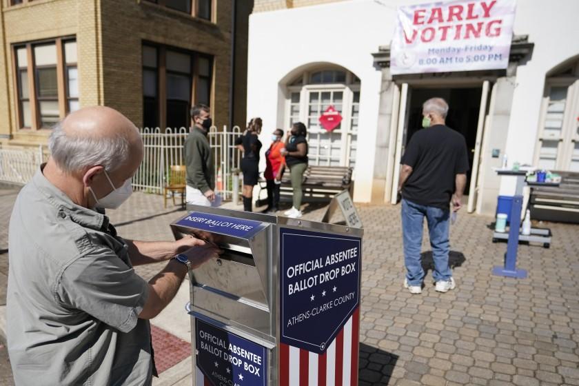 年長者將選票投入票箱。美聯社