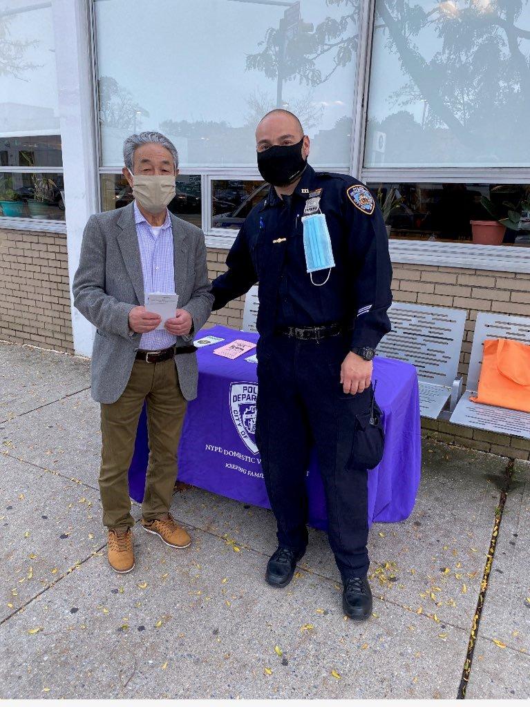 111分局在社區擺設攤位,向民眾宣傳反家暴知識。