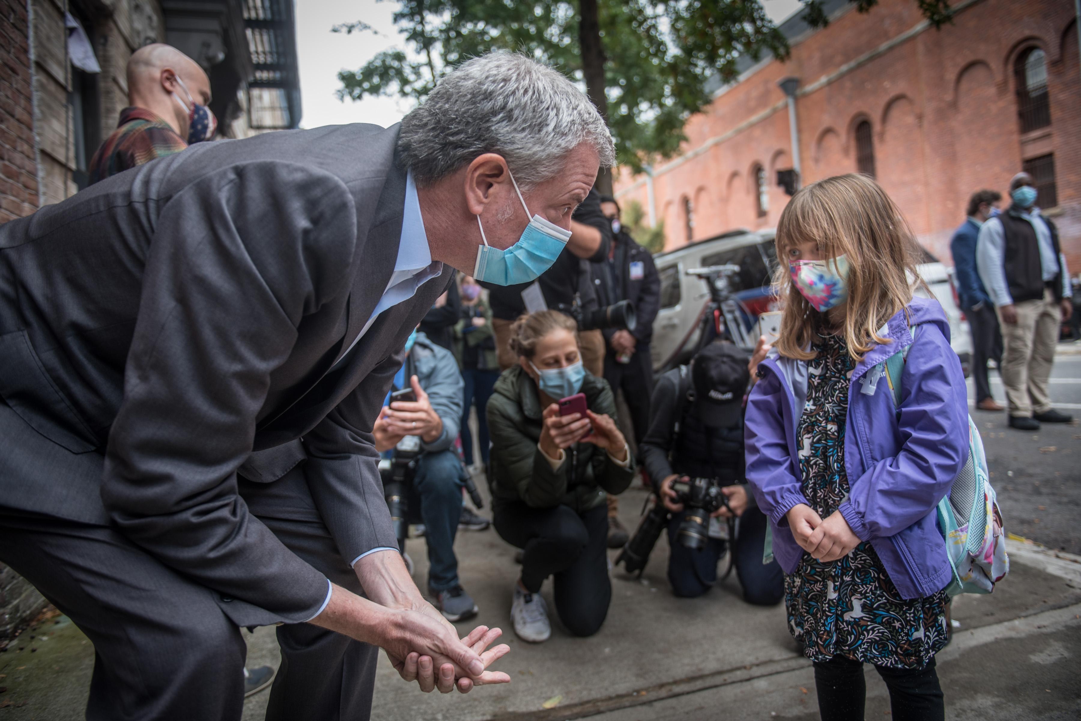 紐約市長白思豪(左一)27日於布碌崙排隊數小時票。Michael Appleton/Mayoral Photography Office