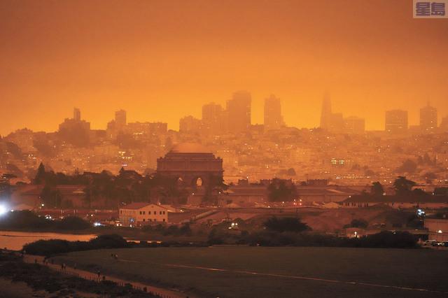 山火頻發造成嚴重空氣污染,三藩市灣區上月一度受煙霧影響天空變成橙色。美聯社