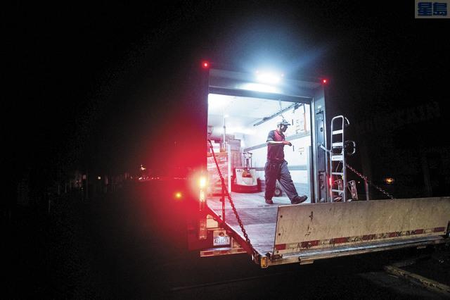 特朗普政府改變主意,批准撥款助加州應付山火善後工作。圖為北加州連日來天氣構成山火風險,太平洋煤電採取停電措施以免引發山火,灣區屋崙Montclair區也受影響停電。美聯社