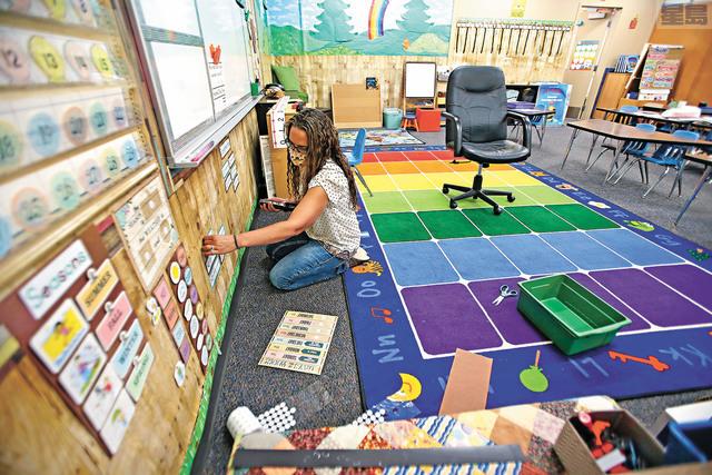 一項民調顯示,加州多數家長仍未能放心將子女送回學校上課。美聯社資料圖片