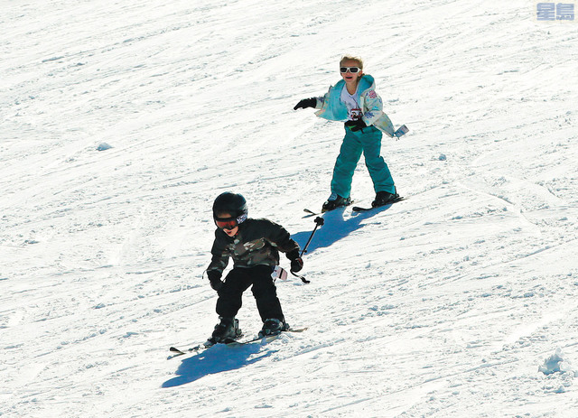 太浩湖滑雪場準備好在疫情下重新開放。圖為小朋友在Sierra-at-Tahoe滑雪場開心滑雪。美聯社資料圖片