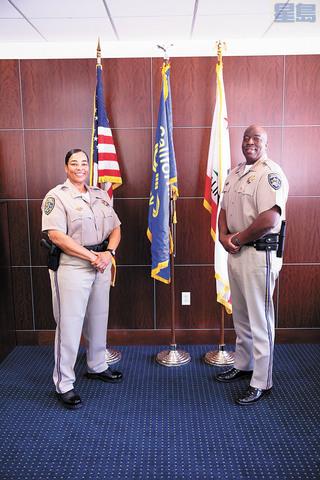 里伊(左)將接任史丹利,成為CHP首位女局長。加州公路巡警/美聯社