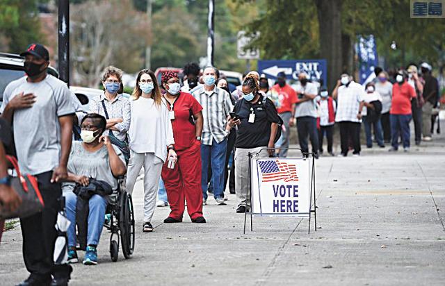 殯葬業者將提供長者豪車接送服務往返於投票中心。美聯社