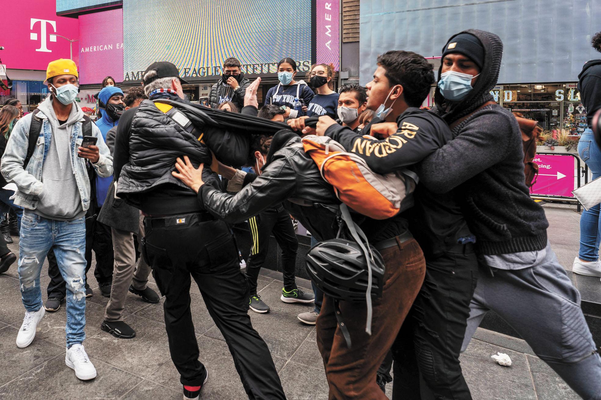 ■10月25日,特朗普的支持者和反對者在時代廣場發生衝突,展開大混戰。法新社