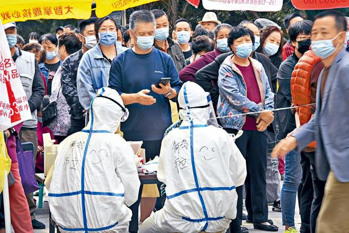 青島市民排隊等檢測。