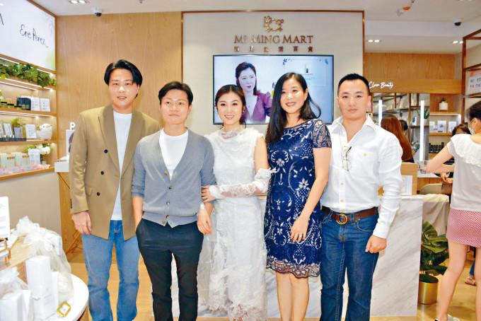 袁彌明第10間生活百貨店開幕,老公、哥哥、家姐齊撐場。